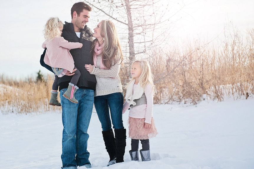 Outdoor winter family photoshoot ideas designs